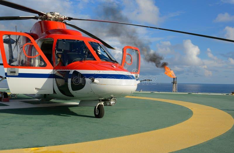 Het park van de helikopter op booreiland stock afbeelding