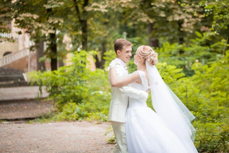 Het park van de huwelijksdans stock fotografie