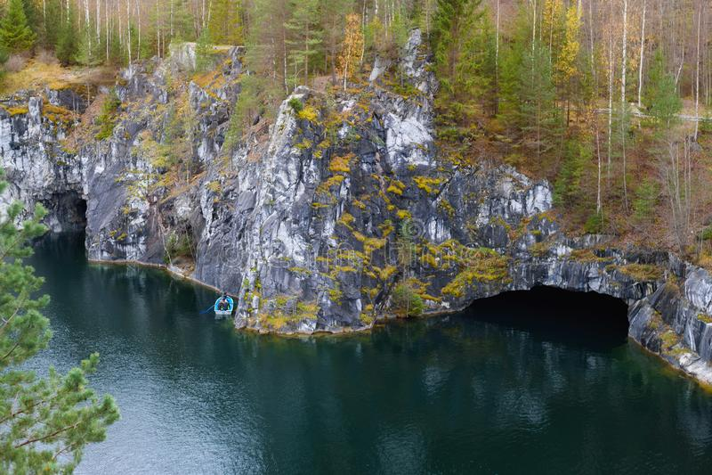 Het Park van de Ruskealaberg - een eeuw-oude geschiedenis van mijnbouw De onbeschrijflijke schoonheid van natuurlijk marmer in de royalty-vrije stock foto