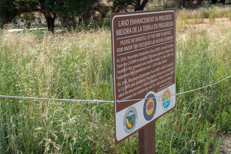 Het Park van de Staat van de Malibukreek - 11 Mei, 2019: De tekens beschermen de het terugkrijgen bomen en de installaties van Ma stock foto