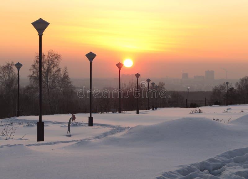 Het park van de de winterstad bij zonsondergang royalty-vrije stock afbeelding