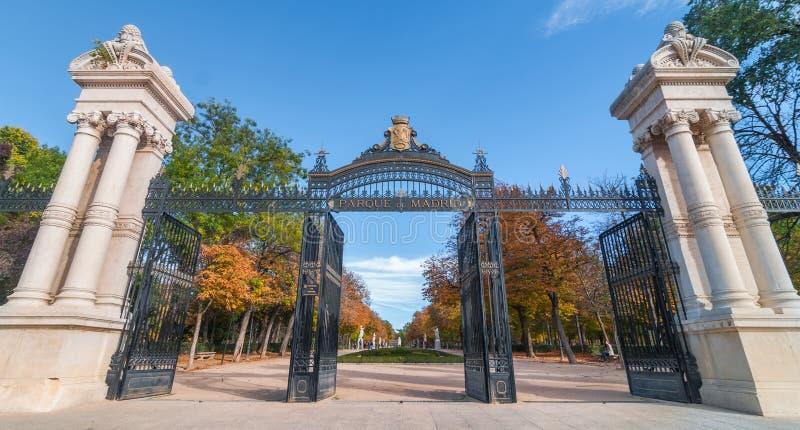 Het Park van Madrid in Madrid, Spanje De vrouw ontspant op een parkbank stock foto's