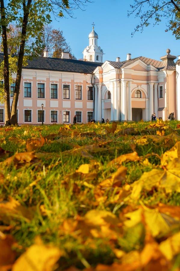 Het park van Velikynovgorod het Kremlin met Klokketoren van St Sophia Cathedral en gevallen de herfstbladeren in Veliky Novgorod, stock fotografie