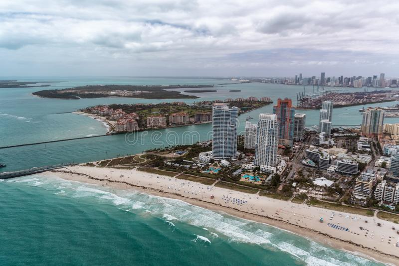 Het Park van zuidenpointe en de horizon van Miami van helikopter stock fotografie