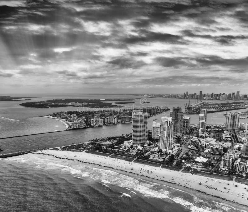Het Park van zuidenpointe en de horizon van Miami van helikopter stock foto