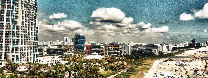 Het Park van zuidenpointe in het Strand van Miami Gebouwen langs het strand, aer stock foto
