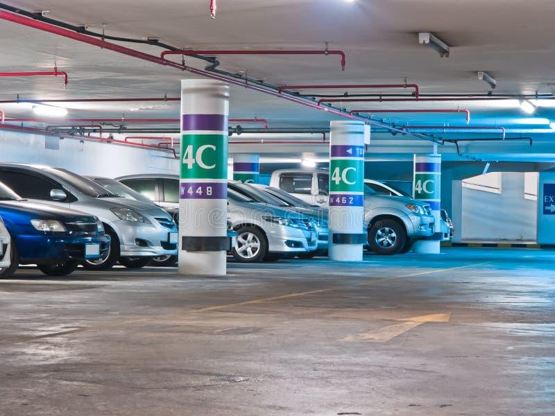 Het parkeerterrein in ondergronds stock fotografie