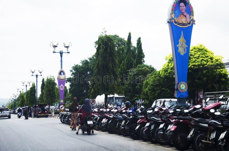 Het parkeerterrein op de weg bij Yala-stad voor beschermt en veiligheid tegen stock foto's