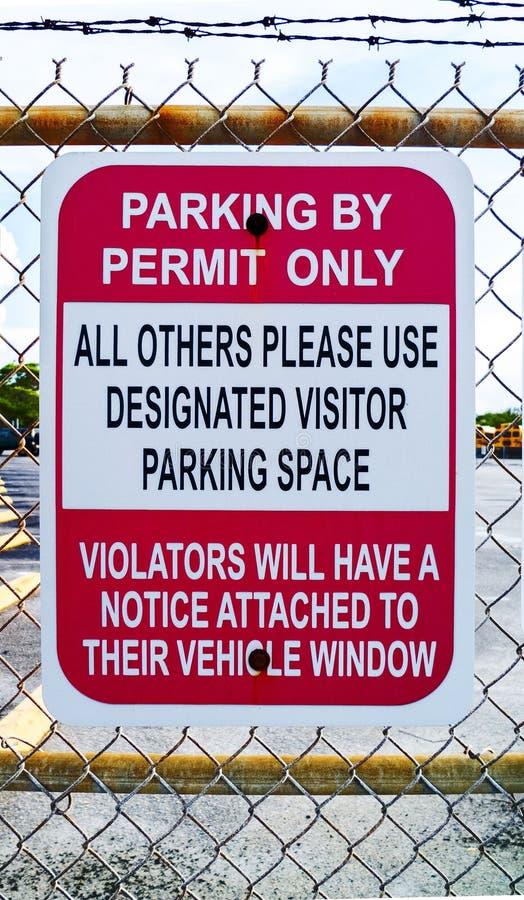 Het parkeren door Vergunning wees slechts Ruimtemetaalteken aan stock foto