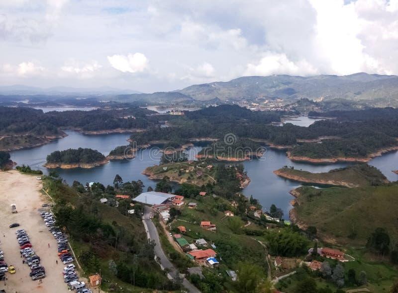 Het parkeren met auto's en toeristen die bij de Guatape-meren aankomen en Peñol schommelen royalty-vrije stock afbeelding