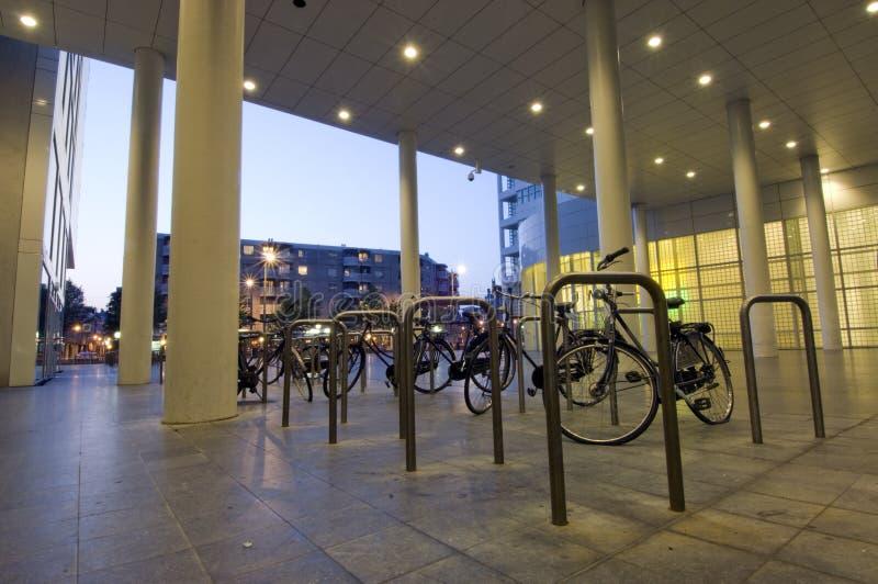 Het parkeren van de fiets stock afbeeldingen