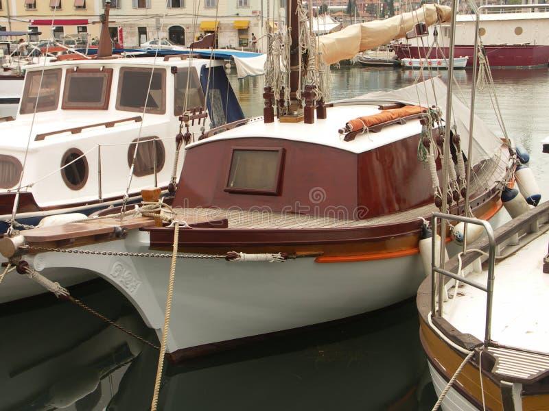 Download Het parkeren van het jacht stock foto. Afbeelding bestaande uit landschap - 276420