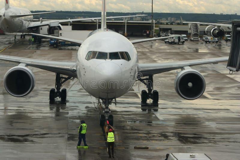 Het parkeren van het vliegtuig. stock fotografie