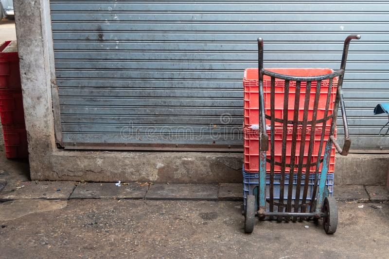 Het parkeren van het zakkarretje in markt royalty-vrije stock afbeelding