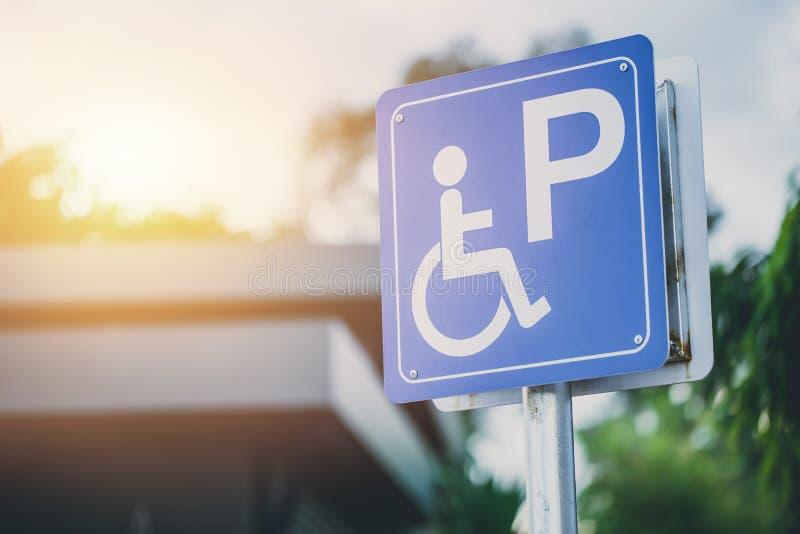 Het parkerenteken van de onbekwaamheidsauto aan gereserveerde ruimte voor handicapbestuurder stock fotografie
