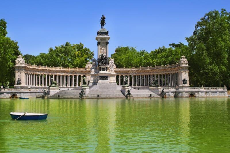 Het parkmeer van Retiro in Madrid met gevallen engel stock fotografie