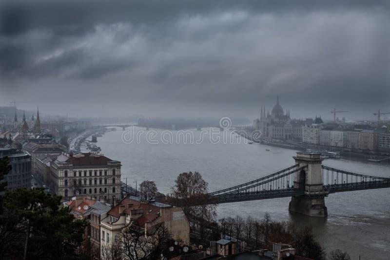 Het Parlement in Boedapest in een mistige de winterdag stock afbeeldingen