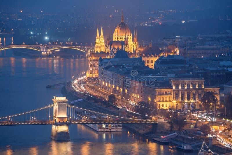 Het Parlement de Bouw en Bruggen over de Rivier van Donau bij Nacht, Boedapest, Hongarije royalty-vrije stock foto's
