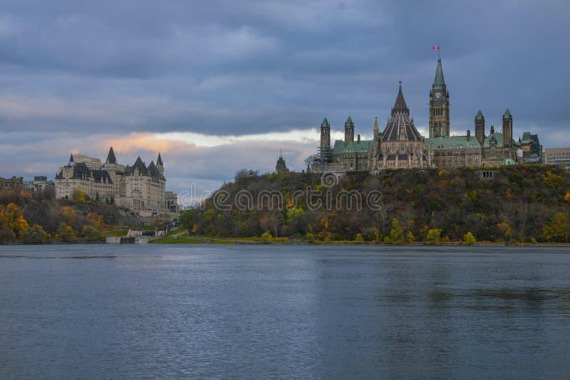 Het Parlement & de Zonsondergang van Ottawa royalty-vrije stock afbeeldingen