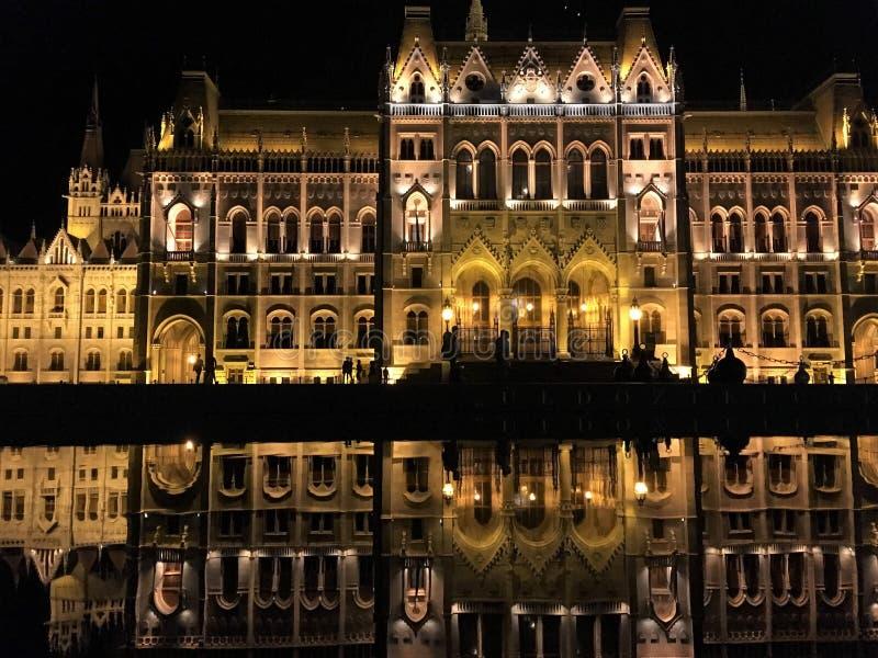 Het Parlement met bezinning, Boedapest stock afbeeldingen