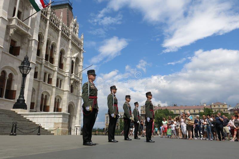 Het Parlement van Boedapest Hongarije het veranderen van wachten royalty-vrije stock afbeelding