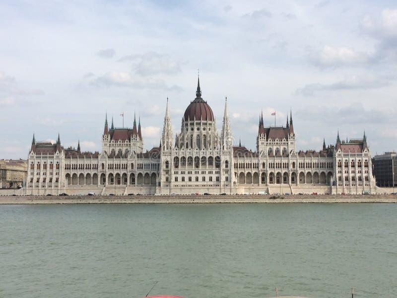 Het parlement van Boedapest op een bewolkte dag stock fotografie