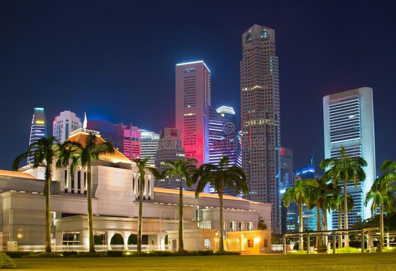 Het Parlement van Singapore De stad in op achtergrond stock foto's