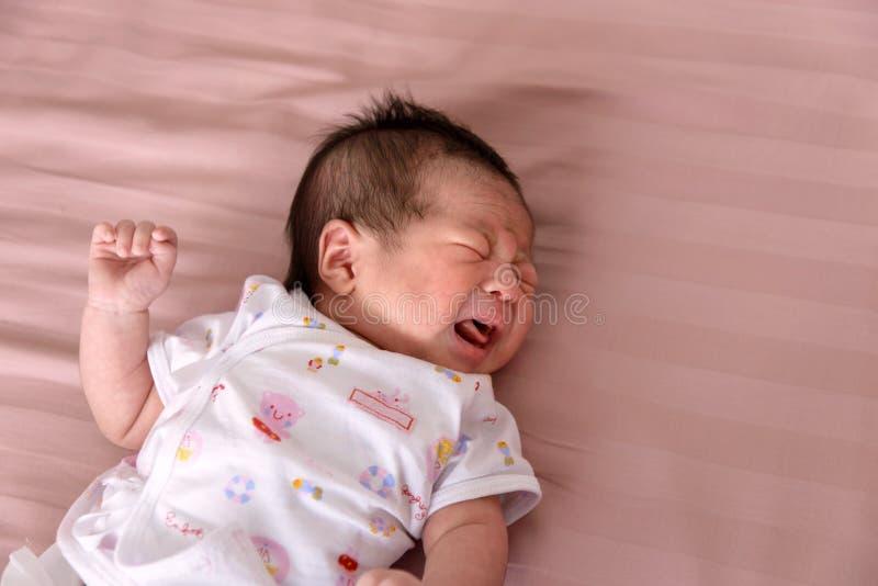 Het pasgeboren baby schreeuwen royalty-vrije stock afbeeldingen