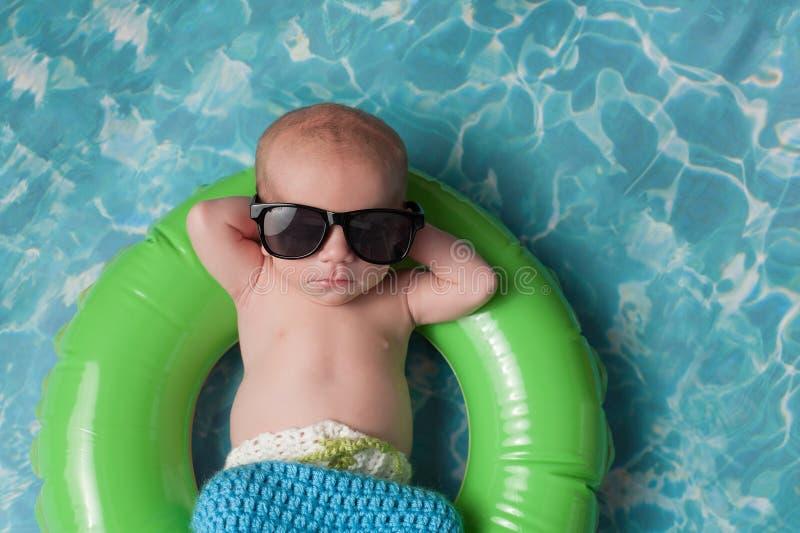 Het pasgeboren Babyjongen Drijven op Opblaasbaar zwemt Ring royalty-vrije stock afbeelding