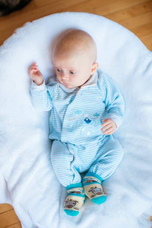 Het pasgeboren kind ontspannen in bed Familieochtend thuis royalty-vrije stock fotografie