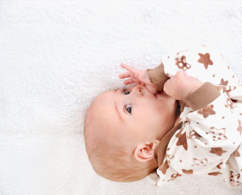 Het pasgeboren kind ontspannen in bed Kinderdagverblijf voor jonge kinderen stock afbeeldingen
