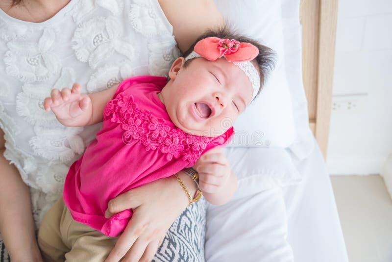 Het pasgeboren schreeuwen terwijl moederholding in slaapkamer royalty-vrije stock foto