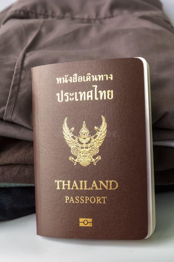 Het Paspoort en de kleren van Thailand stock afbeeldingen