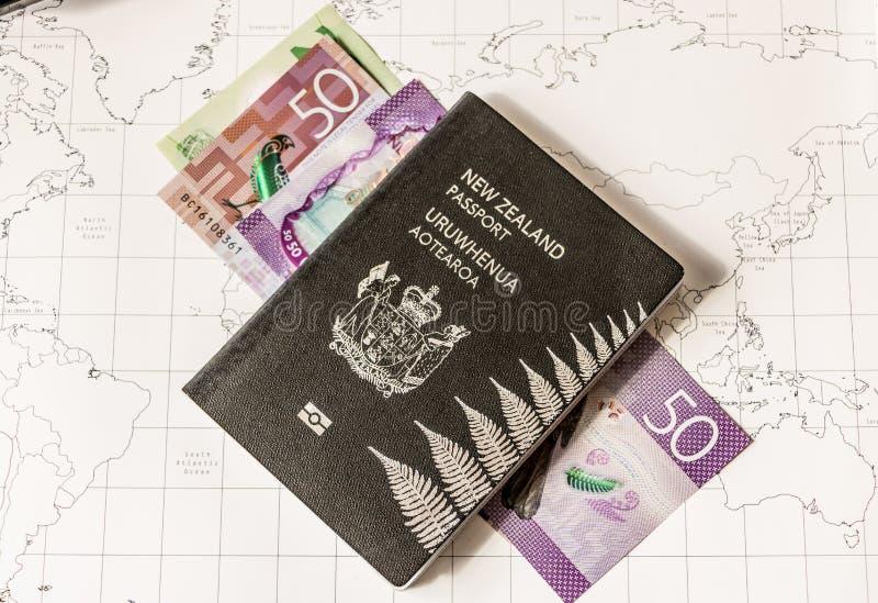 Het Paspoort van Nieuw Zeeland op Kaart met Geld royalty-vrije stock afbeelding