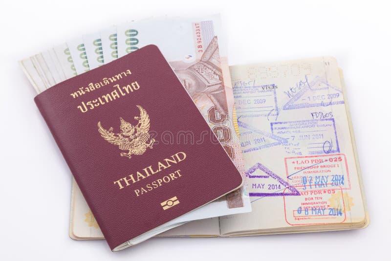 Het paspoort van Thailand en Thais geld voor reis stock foto's