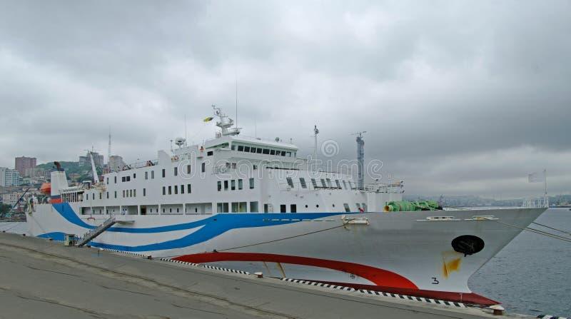 Het passagiersschip in haven. stock fotografie