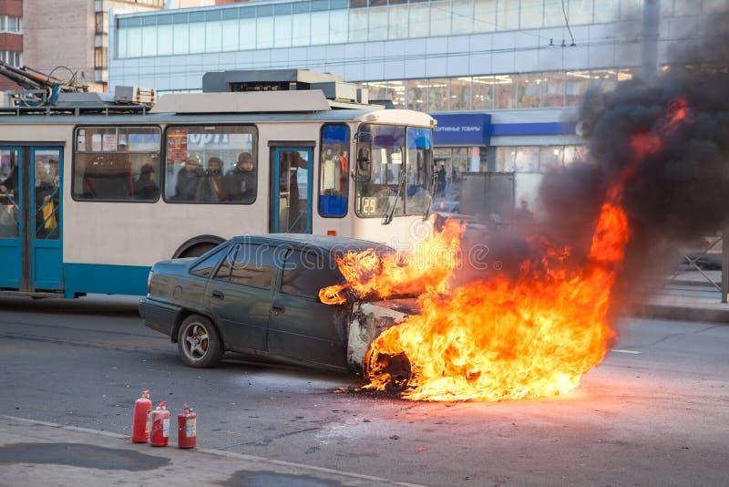 Het passagiersvervoer gaat dichtbij het branden van auto over stock afbeelding