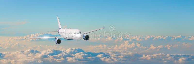 Het passagiersvliegtuig cloudscape met wit vliegtuig vliegt in de avond wolken van de hemelcumulus, panoramamening stock foto