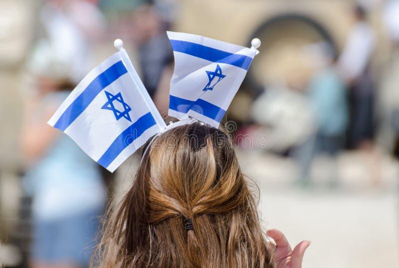 Het patriottische meisje met Israëlische vlag op zijn hoofd viert Israel Independence-dag royalty-vrije stock fotografie