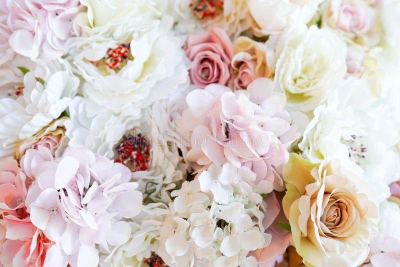 Het patroon van bloemen kleurrijke achtergrond van roze en witte rozen stock foto