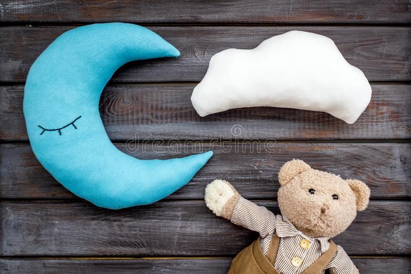 Het patroon van de babyslaap met maanhoofdkussen, wolk, teddybeer op houten hoogste mening als achtergrond royalty-vrije stock afbeeldingen