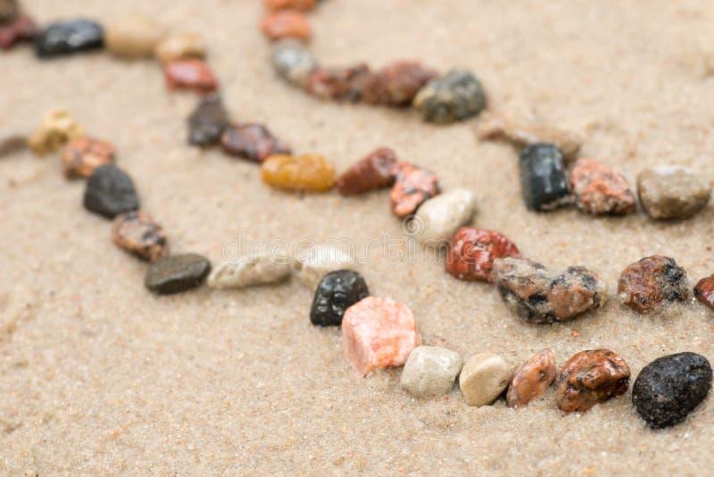 Het patroon van de kiezelsteengolf op zand selectieve nadruk stock fotografie