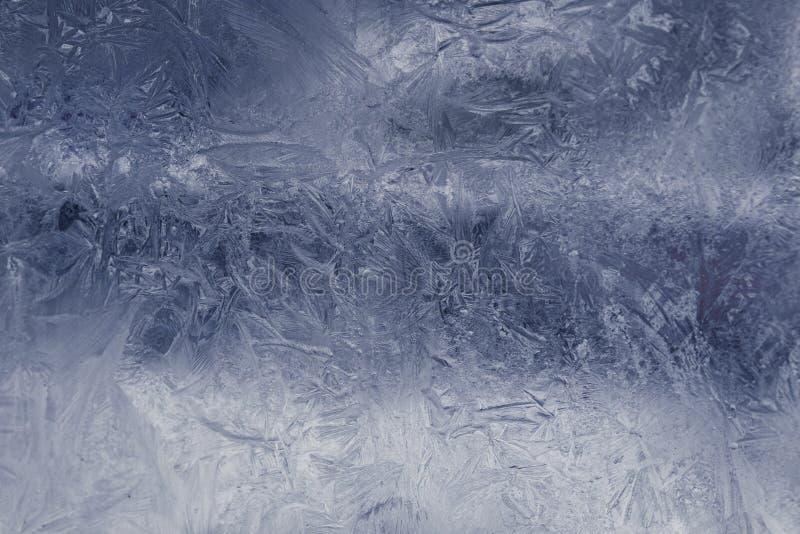 Het patroon van het de winterijs op het bevroren venster Textuur, achtergrond voor het opnemen van tekst Nieuw jaarthema De winte stock foto