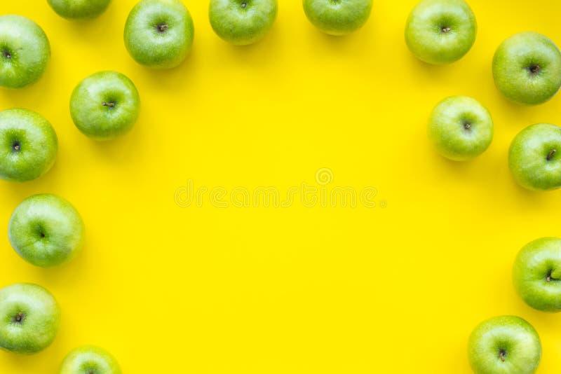 Het patroon van het de zomerfruit met appelen op gele hoogste mening als achtergrond copyspace stock foto's