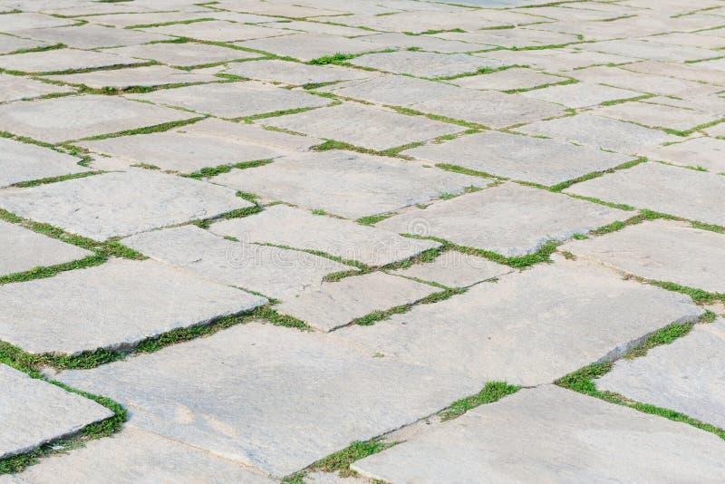 Het patroon van het steenvoetpad met groen gras op perspectiefachtergrond royalty-vrije stock foto