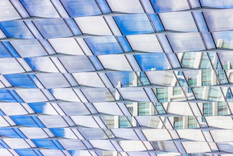 Het patroon van het venstersglas Hemel in vensters van de moderne bureaubouw die wordt weerspiegeld royalty-vrije stock foto