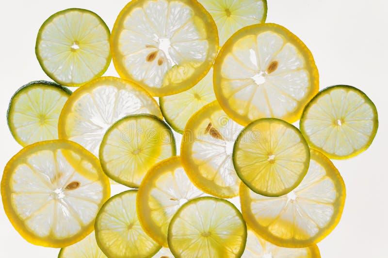 Het patroonachtergrond, citroenen en kalk van citrusvruchtenplakken abstracte stock afbeelding