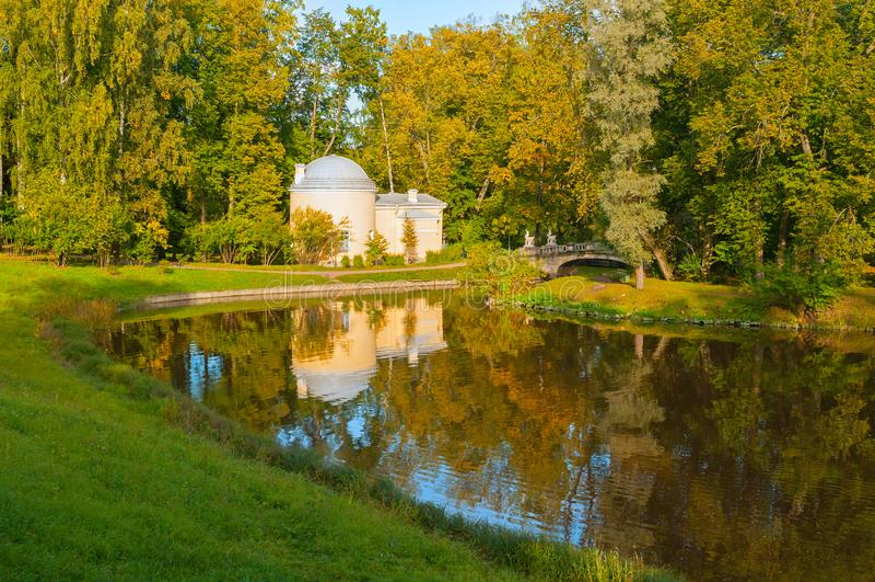 Het paviljoen riep Koud Bad bij het Pavlovsk Parkgrondgebied dichtbij Slavyanka-rivier in Pavlovsk, St. Petersburg, Rusland stock afbeeldingen