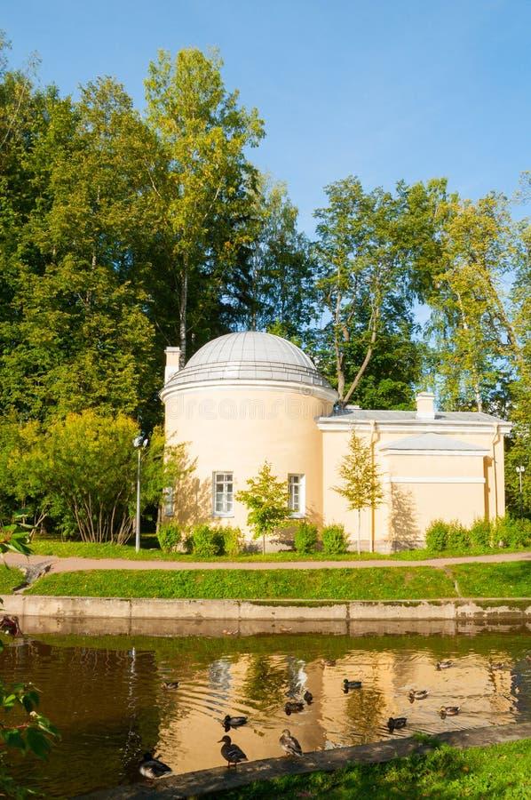 Het paviljoen riep Koud Bad bij het Pavlovsk Parkgrondgebied in Pavlovsk, Heilige Petersburg, Rusland stock foto's