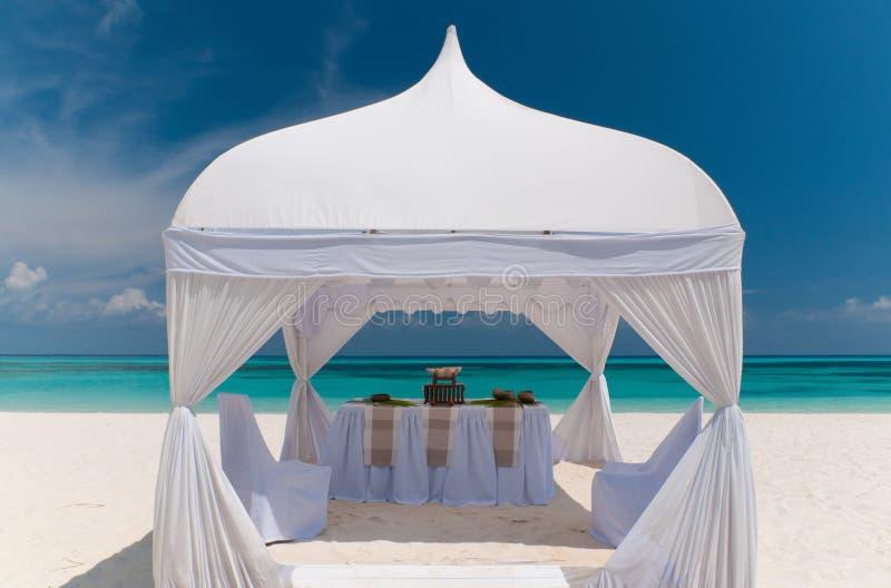 Het paviljoen van het huwelijk bij een mooi strand royalty-vrije stock afbeelding